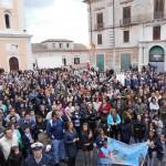 Bagno di fedeli in piazza Steri per dare il benvenuto al nuovo Vescovo Mons. Satriano (Foto del Reporter Antonio Le Fosse)