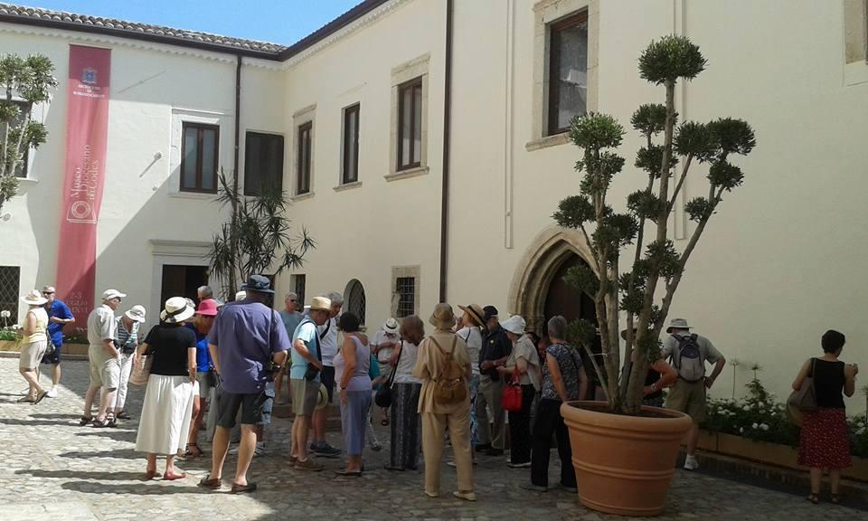 Turisti in visita al Museo Diocesano di Rossano (CS)