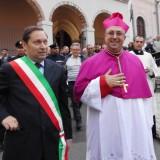 Il sindaco accoglie il nuovo Vescovo Mons. Satriano (Foto del Reporter Antonio Le Fosse)_thumb